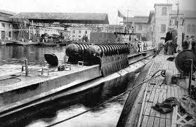 cerdos montados en un submarino