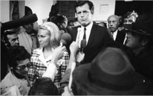 Kennedy saliendo del juicio