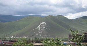 Uno de los Genghis Kahn grabado en una ladera
