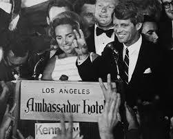 Robert F. Kennedy agradece a sus seguidores, junto a su esposa Ethel.