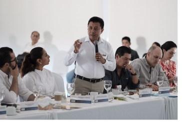 Jesús Pool recibe pliego petitorio del empresariado de Cancún