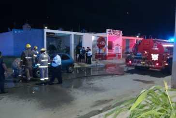 Corto circuito provoca incendio de auto en Flamingos