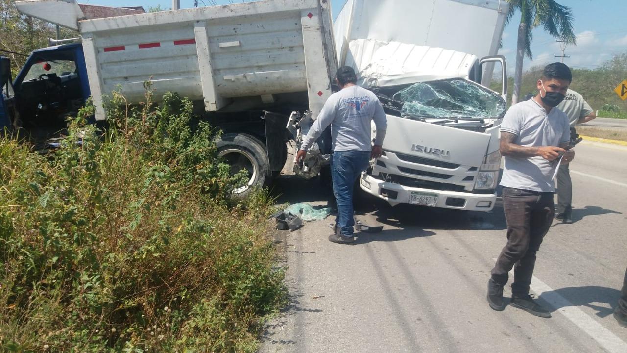 Lucha de gigantes en plena carretera federal deja un saldo de dos personas heridas