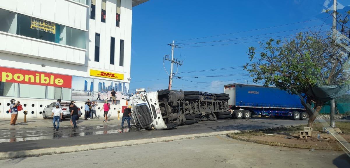 Aparatoso accidente frente al Centro Maya