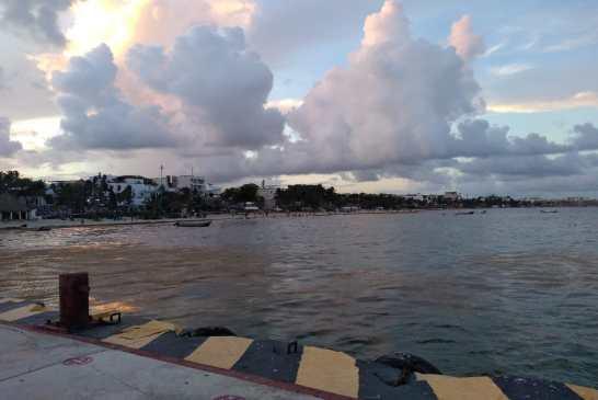 Se hunde embarcación sargacera frente a Playa del Carmen