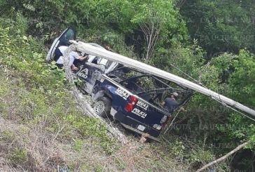 Patrulla se impacta contra poste de luz en tramo Tulum-Carrillo Puerto