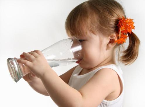 su içen çocuk