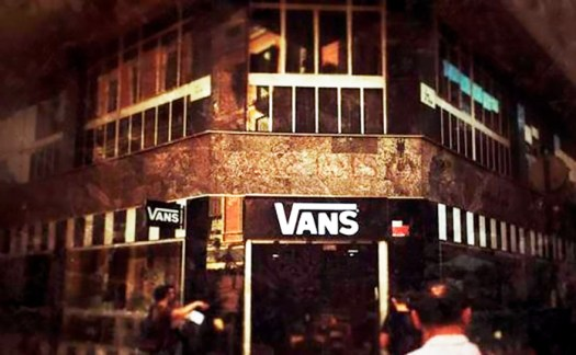 Tienda Vans en el antiguo local de la Editorial Plaza & Janés