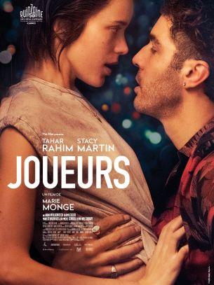 Lorsqu'Ella rencontre Abel, sa vie bascule. Dans le sillage de cet amant insaisissable, la jeune fille va découvrir le Paris cosmopolite et souterrain des cercles de jeux, où adrénaline et argent règnent. D'abord un pari, leur histoire se transforme en une passion dévorante.  Film français de Marie Monge, sorti en France le 4 juillet, avec Tahar Rahim, Stacy Martin, et Karim Leklou.   LIRE LA CRITIQUE