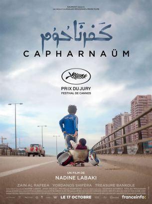 """À l'intérieur d'un tribunal, Zain, un garçon de 12 ans, est présenté devant le juge. À la question : """" Pourquoi attaquez-vous vos parents en justice ? """", Zain lui répond : """" Pour m'avoir donné la vie ! """".  Capharnaüm retrace l'incroyable parcours de cet enfant en quête d'identité et qui se rebelle contre la vie qu'on cherche à lui imposer.  Film franco-libanais de Nadine Labaki, sorti en France le 17 octobre 2018 avec Zain Alrafeea, Nadine Labaki et Yordanos Shifera.  LIRE LA CRITIQUE"""