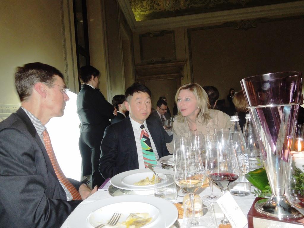 Debra Meiburg parla con Thomas Matthew Executive Editor of Wine Spectator In primo pramo il Premio Internazionale Vinitaly