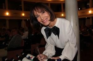 Fiammetta Fadda firma le bottiglie del Premio Casato Prime Donne