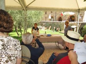 fattoria del Colle Patrizia insegna  a fare i pinci