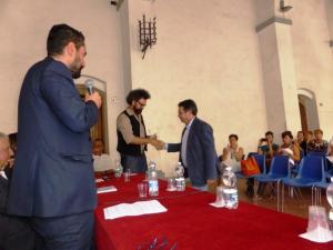 Simone-Cristicchi-riceve-il-premio-del-Consorzio-da-Adriano-Rubegni