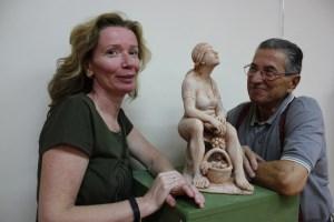 Sandra Savaglio e Piero Sbarluzzi con la sua scultura Vita