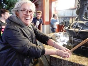 Giappone Donatella Cinelli Colombini al tempio per il lavaggio rituale