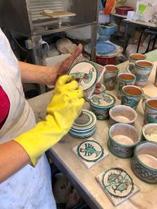 Paola-Gorelli-mentre-esegue-le-ceramiche-stile-medioevale