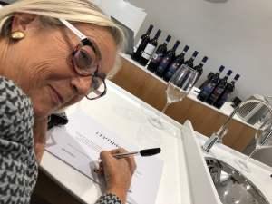 Donatella-Cinelli-Colombini-firma-i-diplomi-di-partecipazione-per-i-sommelier-russi