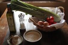 ingredienti: cardi, uova, pomodoro, farina, sale, olio, aglio