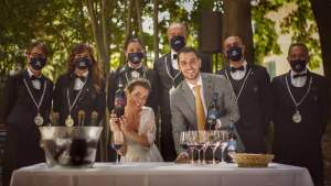 Violante e Enrico con i sommelier che hanno servito i vini al loro matrimonio