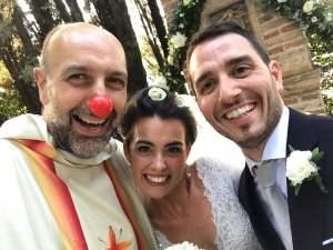 Violante e Enrico con Fra Adriano che ha celebrato il loro matrimonio