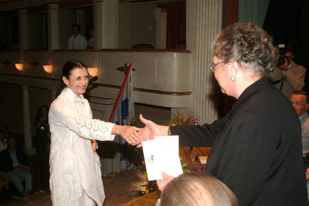 Carla-Fracci-riceve-il-premio-Casato-Prime-Donne-2003-a-Montalcino