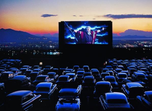 Cine-Drive-In-BH-Shopping-Dia-dos-Namorados-letreiro Cinemas Drive-Ins: Um Marco na História Americana