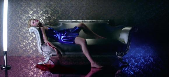 elle-fanning-and-abbey-lee-are-murderous-models-in-the-neon-demon-trailer-body-image-1460692058