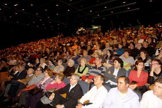 """Cientos de personas asistiendo a la proyección de """"Damasco"""""""
