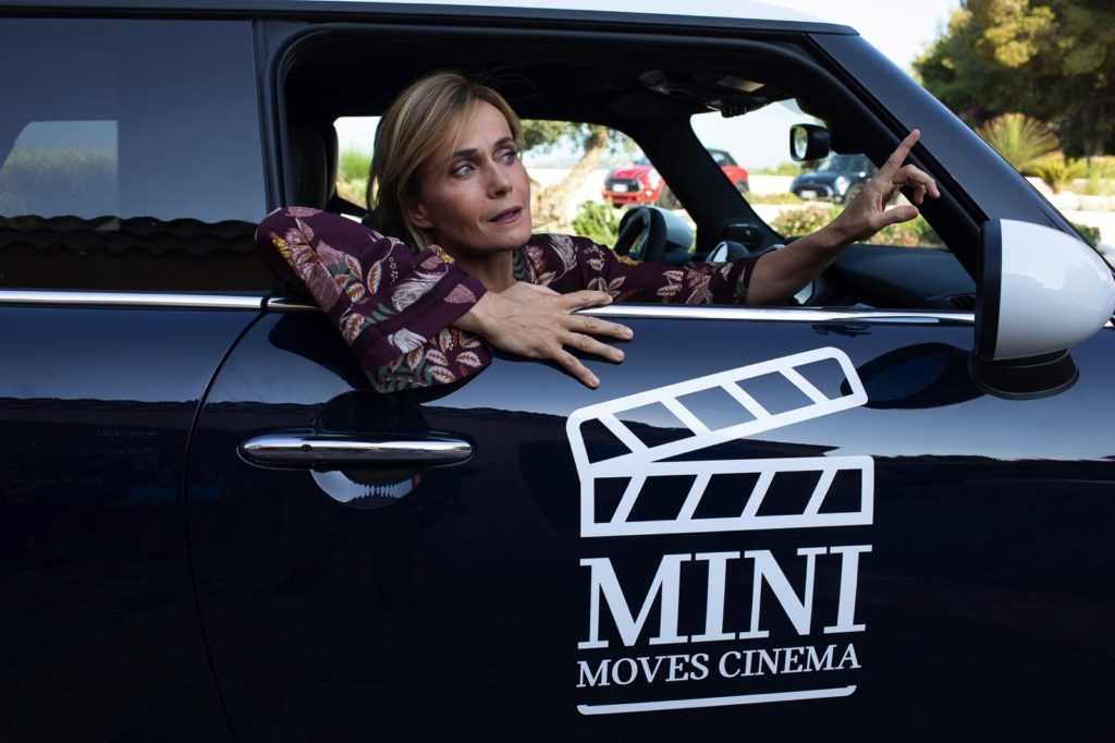 Cinematavolara 2019 quarta serata Lucia Mascino a bordo di una Mini