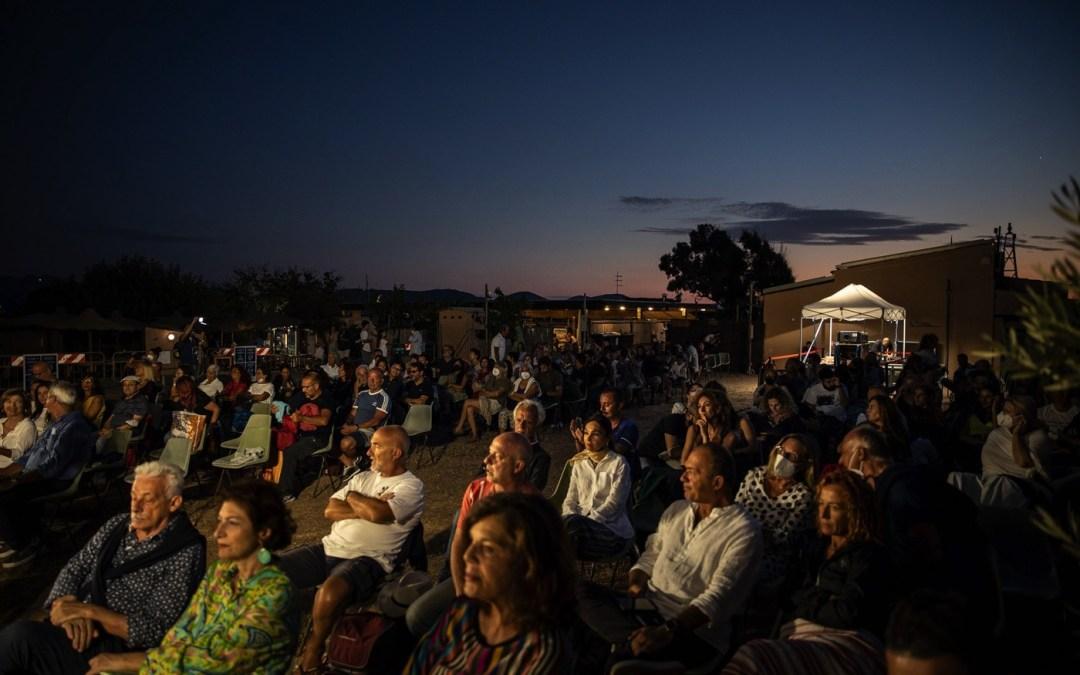 il pubblico durante una proiezione del festival di Tavolara