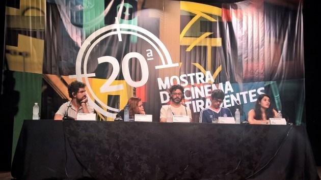 """Mesa de Debate da Mostra Foco. Ana Carolina Soares, diretora de 'Estado Itinerante"""" responde à pergunta do público."""