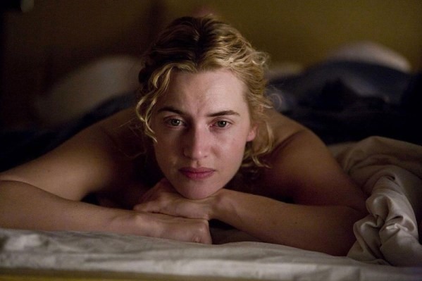 kate-winslet-pensierosa-nel-film-the-reader