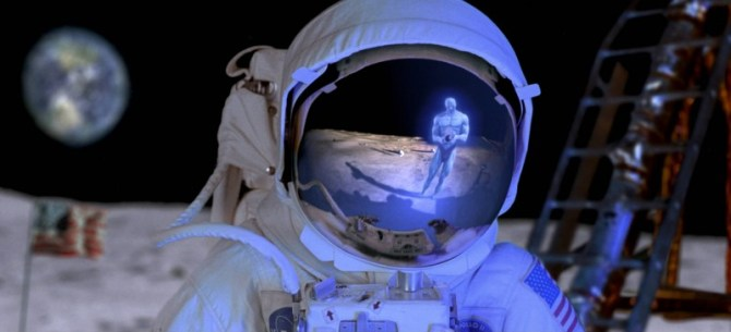 dr-manhattan-si-riflette-nell-elmetto-di-un-astronauta-in-una-scena-del-film-watchmen