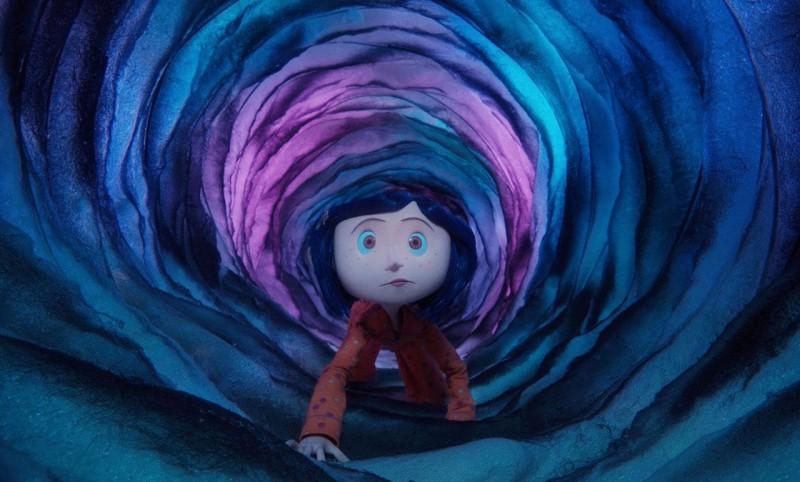 coraline-viaggia-attraverso-un-portale-tra-mondi-diversi-in-una-scena-del-film-coraline-e-la-porta-magica