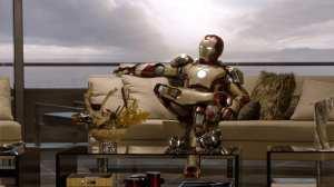 Robert Downey Jr. alias Tony Stark con armatura in una divertente posa di Iron Man 3