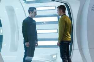 Benedict Cumberbatch e Chris Pine in una scena di Into Darkness - Star Trek
