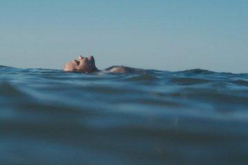 Un homme à la mer