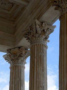 Capitelli corinzi alla Maison Carrée di Nîmes