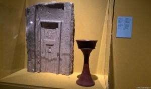 Bologna, Mostra Egizi, stele a falsa porta con coppa per le offerte