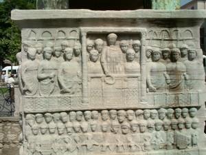 Obelisco di Teodosio, particolare della base: Teodosio offre il lauro della vittoria