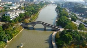 Cina, un tratto del Gran Canale con ponte di pietra