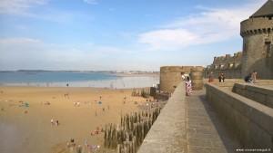 Saint Malo, fortificazioni e spiaggia durante la bassa marea