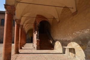 Bentivoglio, scalinata che dal cortile interno porta al piano nobile