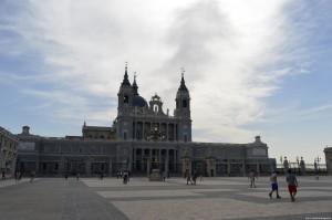 Cattedrale dell'Almudena vista dal cortile/piazza del Palazzo Reale
