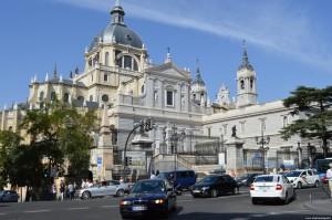 Cattedrale dell'Almudena, lato ovest che guarda verso Calle Mayor
