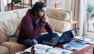 Lion, Dev Patel in una scena del film