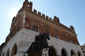 Piacenza, Palazzo Gotico con statua raffigurante Alessandro Farnese a cavallo