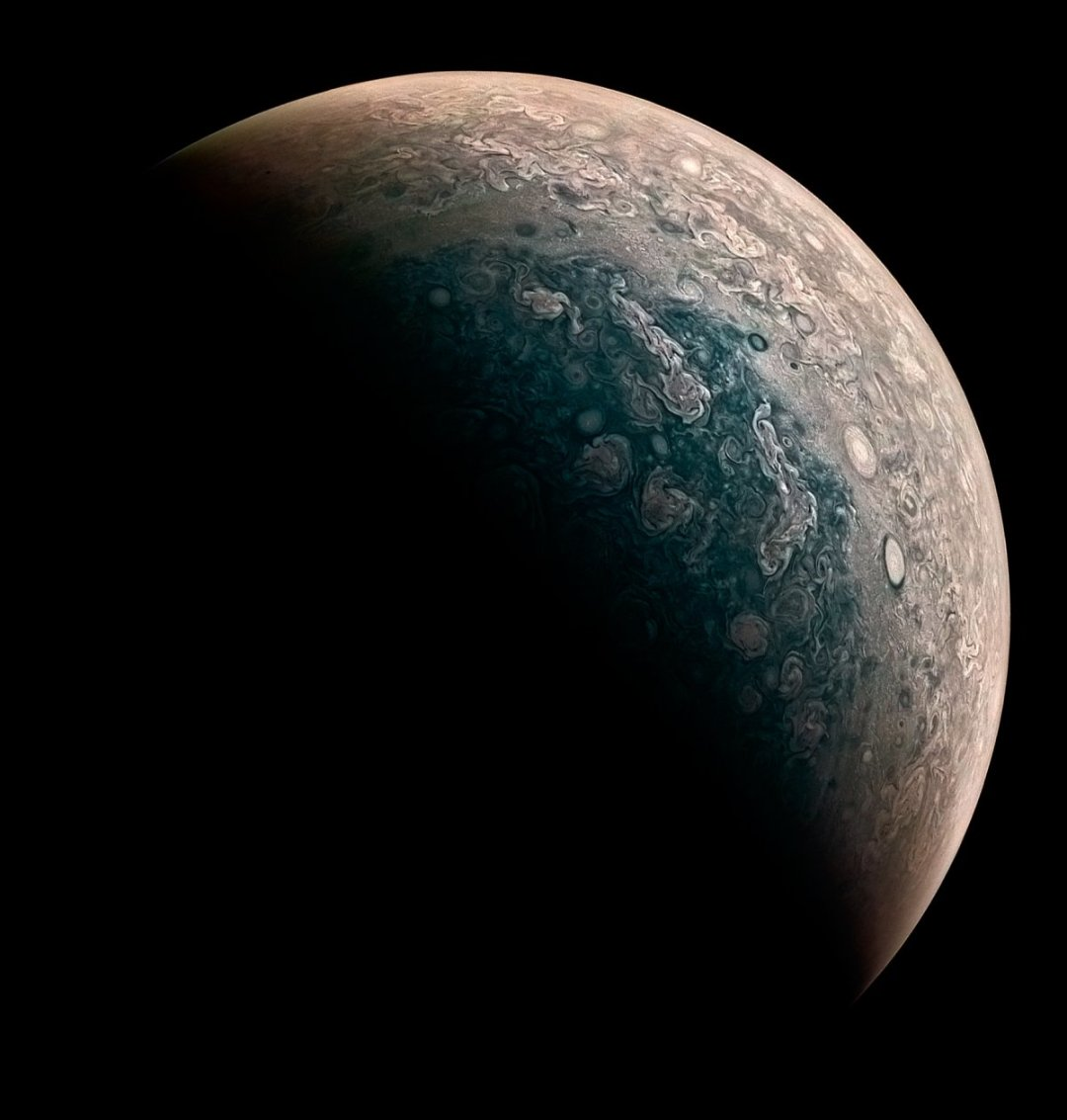 this-new-image-processed-by-amateur-astronomer-roman-tkachenko-shows-jupiters-north-pole-in-all-its-stormy-glory