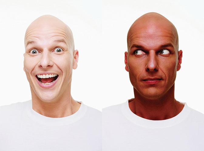 Foto tessera di un uomo che un giorno è bianco e un altro è di colore.